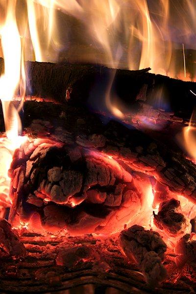 brennholz im kamin